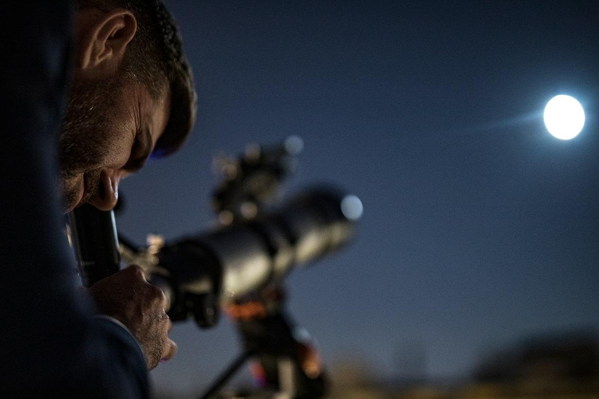 La Luna del Cazador en la Noche Celeste